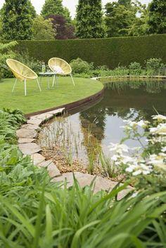 Maak je tuin extra sfeervol door het gebruik van flagstones met een mediterraanse look in een natuurlijke omgeving Pond Landscaping, Ponds Backyard, Amazing Gardens, Beautiful Gardens, Landscape Design, Garden Design, Dubai Garden, Farm Pond, Natural Swimming Ponds