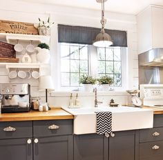 "Influence ""shabby chic"" in the kitchen – Cooking – Inspirations – Decoration and renovation – Pratico Pratique - Shabby Chic Kitchen, Home Decor Kitchen, Shabby Chic Decor, Home Kitchens, Kitchen Design, Living Comedor, Kitchen Trends, Home Living, Kitchen Styling"