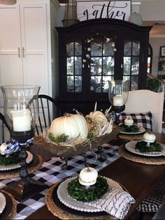 this post I give several tips and ideas for creating a beautiful table with f. -In this post I give several tips and ideas for creating a beautiful table with f. Fall Home Decor, Autumn Home, Thanksgiving Table Settings, Fall Table Settings, Thanksgiving Decorations, Decorating Your Home, Fall Decorating, Decorating Pumpkins, Decoration Table
