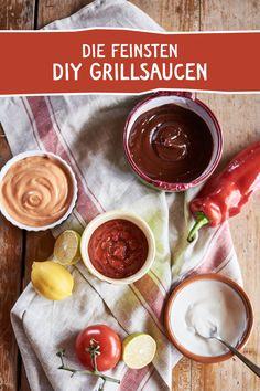 BBQ Sauce, Cocktail Sauce oder Sweet Chili Sauce - da ist für jeden Geschmack die passende Soße dabei! Mit unseren Gewürzen gelingen sie immer! #bbq #bbqsauce #grillsauce #grilldip #dip #sweetchili #chili #chillisauce #cocktailsauce #ketchup #diy #selbermachen #grillparty #grillmeister #rezept Dip Recipes, Vegan Recipes, Bbq, Chili Sauce, Pesto Sauce, Healthy Options, Ketchup, Chocolate Fondue, Dips