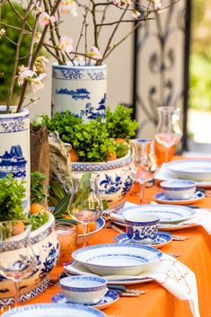 Our Top 6 Entertaining Tips Presented at Champagne & Chandeliers Fall Table, Thanksgiving Table, Christmas Tables, Holiday Tables, Orange Table, Table Setting Inspiration, Home Modern, Beautiful Table Settings, Table Arrangements