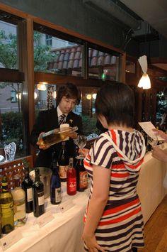 第1回 エズのワイン祭 ソムリエやスタッフがサービス。普段着のまま気兼ねなくワインを楽しめます。
