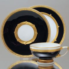 KPM Berlin: Gedecke in Kobalt mit vergoldeten Reliefs und Reliefgold, 1915, Kriegsmarke Porcelain Ceramics, China Porcelain, Ceramic Pottery, Tea Cup Saucer, Tea Cups, Table Setting Etiquette, Kobalt, China Tea Sets, Vintage Kitchenware