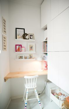 good idea for an office space in a small cabin Mini Loft, Ikea Hacks, Kid Spaces, Small Spaces, Closet Conversion, Chaise Ikea, Small Home Offices, Small Office, Feminine Decor