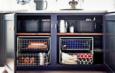 Gestalte deine Küchenschränke um. So entsteht mehr Platz für Aufbewahrung, z. B. durch die Verwendung von Drahtkörben