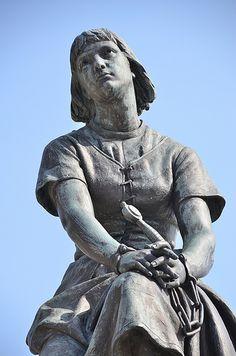 Statue de Jeanne d'Arc prisonnière. Due au sculpteur Athanase Fossé. Le Crotoy . Picardie