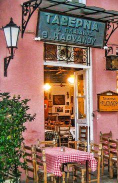 Liever even ergens zitten om te eten? Over heel Athene (en trouwens ook over de rest van Griekenland) zitten honderden taverna's verspreid. Dit zijn authentieke Griekse restaurantjes waar je voor weinig geld veel, lekker en traditioneel kan eten. Vergeet de fast food restaurants!