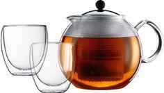 Bodum Assam set  Bodum ASSAM SET: Met theepot met edelstaal deksel en twee dubbelwandige glazen Deze theeset van Bodum bestaat uit een theepot met filter en twee dubbelwandige theeglazen.De theepot is voorzien van een edelstalen deksel en heeft een inhoud van 15 liter. De filter is gemaakt van kunststof. De twee dubbelwandige theeglazen van Bodum hebben een inhoud van 250 ml. De glazen theepot is voorzien van een ingebouwde press die ervoor zorgt dat je thee niet te lang trekt.  EUR 48.00…