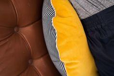 The Socialite Family | On ne sait plus a quelles textures se vouer ! #roundcushions #coussinsronds #cushions #coussins #design #yellow #jaune #jean #stripes #rayures #accessoiredéco #decoraccessories #livingroom #salon #designlovers #homedecor #inspiration #idea #decor #décoration #designedbythesocialitefamily #thesocialitefamilylamarque #thesocialitefamily