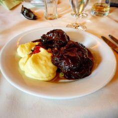 Ein wenig Frankreich in der Nordpfalz. Kalbsbäckchen in Horschbach.  #lunch #foodporn #food #boeufbourguignon #boeuf #kalbsbäckchen #potatoes #kartoffeln #rotwein #spitzkohl #instafood