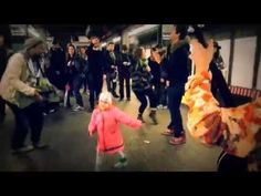 Adorable Little Girl Starts A Hoedown In An NYC Subway Stop And It's The Cutest