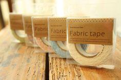 herrlich schöne spitze zum kleben. wie eine normales tape benutzbar. zum verzieren von (hochzeits-) karten, zum dekorieren von gläsern, büchern, he...