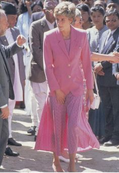 Princess Diana in Nepal wearing pink pleated skirt w/ black polka dots and pink jacket by Paul Costelloe. Lady Diana Spencer, Pink Pleated Skirt, Pink Dress, Flare, Style Royal, Princess Diana Fashion, Diana Williams, Princes Diana, Real Princess