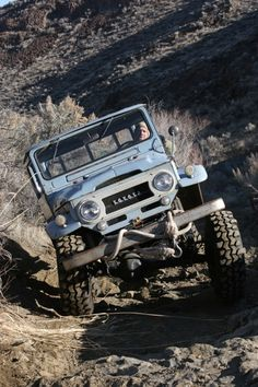 ♂ One of the coolest rigs on the run was Dan's FJ45 pick-up. The flexible spring-over suspension and 36x10.5 tires made short work of the trail.