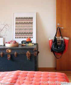 makuuhuone,värikäs,värikäs koti,värikäs sisustus,kirstu