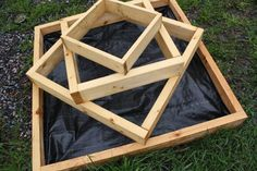 DIY Rustic Wood Planter Box Ideas For Your Amazing Garden – Onechitecture - New ideas Diy Garden Bed, Diy Garden Projects, Garden Boxes, Raised Garden Beds, Lawn And Garden, Wood Planter Box, Wood Planters, Planter Ideas, Landscaping With Rocks