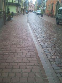 Centre historique de Turckheim (68) : rue pavée, trottoir en Grès de Champenay bouchardé (Grès des Vosges) - zone circulée en pavés de récupération Centre, Sidewalk, Gardens, Landscape Planner, History, City, Side Walkway, Walkway, Walkways