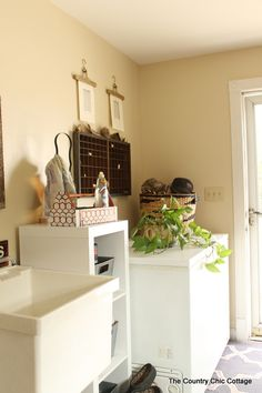 Farmhouse Style Mud Room Organization and Ideas - * THE COUNTRY CHIC COTTAGE (DIY, Home Decor, Crafts, Farmhouse)