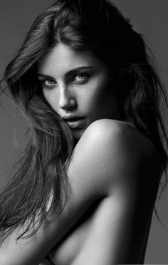 pinterest.com/fra411 #face -  black and white photography  - nude - beautiful woman - vrouw - lang haar - model