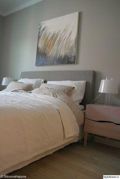 """Jäsenen """"sitruunahappoa"""" makuuhuone näyttää ihanan rauhalliselta. Vaikutelma toistuu taulun kaislikkoaiheessa ja sen värimaailmassa. #styleroom #inspiroivakoti #makuuhuone #taulu"""