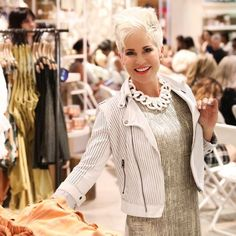 Базовый гардероб для женщины 50 лет несколько отличается от тех луков, которые были раньше. В этом прекрасном возрасте стоит задуматься об элегантности и женственности образа.