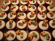 30 Queques de Natal para uma das festas de Natal na escola do Tiago. 30 christmas cupcakes for one of the Christams party at Tiago's school . Reindeer Cupcakes, Cookie Monster Cupcakes, Holiday Cupcakes, Fondant Christmas Cake, Christmas Cake Topper, Christmas Cookies, Christmas Gifts, Burger Cupcakes, Funny Cupcakes