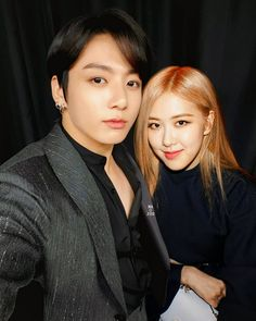 Another Selca legoo . Kpop Couples, Cute Couples, Jungkook Hot, Bts Girl, Blackpink Memes, Blackpink Photos, Lisa, Blackpink And Bts, Soyeon