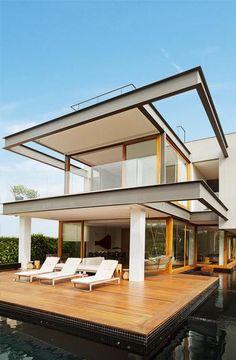 Claramente assumida, a moldura de aço confere a esta casa uma linguagem gráfica que convive bem com seu entorno – a imensidão de águas da Lagoa da Conceição, em Florianópolis