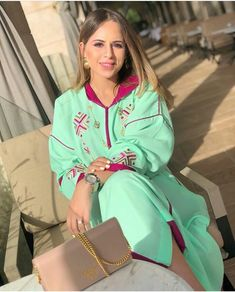 L'image contient peut-être: une personne ou plus Morrocan Kaftan, Moroccan Dress, Mode Abaya, Designer Punjabi Suits, Sexy Photography, Caftan Dress, Traditional Dresses, Hijab Fashion, African Fashion