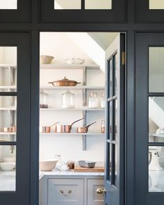 walk in pantry storage space Kitchen And Bath, New Kitchen, Country Kitchen, Closed Kitchen, Kitchen Black, Family Kitchen, Awesome Kitchen, Kitchen Ideas, Kitchen Decor