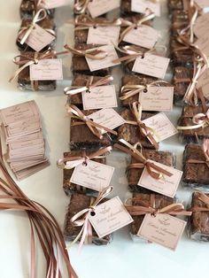 Tags com o nome dos noivos ou aniversariante ficam um charme colocados junto aos brownies. São embalados em celofane e envoltos com fita de cetim na cor da paleta da festa. Presente gostoso e charmoso para seus convidados. :)⠀ ⠀ ⠀ ⠀ #senhoritaacucar #alemoreira ⠀ #lembrancacomestivel⠀ #brownie⠀ #minibrownie⠀ #callebaut⠀ Bake Sale Packaging, Brownie Packaging, Baking Packaging, Dessert Packaging, Food Packaging Design, Packaging Design Inspiration, Gift Packaging, Cupcake Packaging, Wedding Sweets