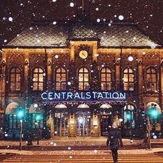 Gothenburg Central Station, dating back to the 19th century, sure looks good in snow! Thanks for sharing, @whyidontphoto ❄️ #thisisgbg #gothenburg #christmascitygbg #julstadengöteborg