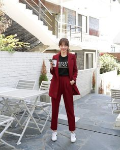 Burgundy red power suit with white sneakers and a black graphic T-shirt. Business Casual Outfits, Office Outfits, Stylish Outfits, Cute Outfits, Ulzzang Fashion, Hijab Fashion, Fashion Outfits, Set Fashion, Work Fashion