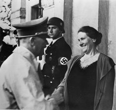 Winifred Wagner war die Schwiegertochter Richard Wagners und nach dem Tode ihres Ehemannes Siegfried Wagner Leiterin der Bayreuther Festspiele bis 1944. Sie verehrte Hitler, dem sie freundschaftlich verbunden war, bis zu ihrem Tode.
