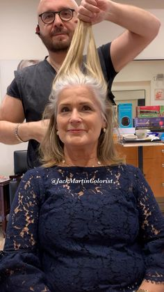 Silver hair transformation Check the link below for formula and how it s done Silver hair transformation Check the link below for formula and how it s done Jack Martin colorist JackMartinSalon Silver hair transformations nbsp hellip Grey Hair Video, Medium Hair Styles, Curly Hair Styles, Grey Hair Transformation, Grey Hair Looks, Gray Hair Highlights, Gray Hair Growing Out, Popular Short Hairstyles, Mature Women Hairstyles