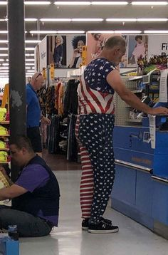 Weird People At Walmart, Walmart Funny, Go To Walmart, Only At Walmart, Walmart Pictures, Funny People Pictures, Funny Photos, Walmart Customers, Walmart Shoppers