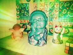 Buda bebe de la felicidad