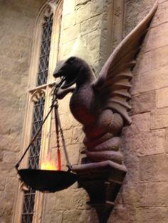 slytherin Slytherin, Hogwarts, Harry Potter Studios, Crests, Lamps, Lion Sculpture, Statue, Dioramas, Manualidades