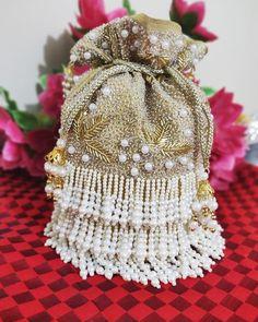 Browse through a wide range of Potli Purses Designs for bride & bridesmaids. These potli purses designs will be a best best companion to your dress. Bridal Clutch, Wedding Clutch, Unique Purses, Handmade Purses, Cute Handbags, Popular Handbags, Potli Bags, Western Purses, Designer Clutch