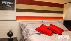 Cabeceira de cama com papel de parede e iluminação especial. Projeto by Basi Arquitetura.
