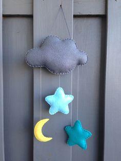 Découvrez Mobile ou décoration murale 'NUIT ETOILEE' en feutrine grise + étoiles + lune  sur alittleMarket