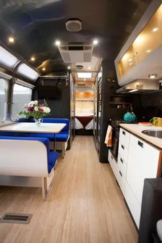 Rv Interior Blue Airstream Campervan Interior We've got an RV interior blue Airstream to show you today. This is one of the most popular of the brands that are available in this range. Airstream Remodel, Airstream Renovation, Airstream Interior, Vintage Airstream, Vintage Campers, Vintage Trailers, Vintage Rv, Campervan Interior, Vintage Motorhome