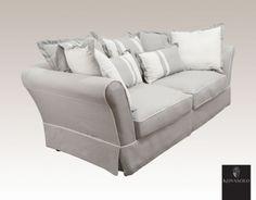 Stor, deilig og innbydende Nasco 3-seter sofa! Sofaen leveres komplett med puter som avbildet!