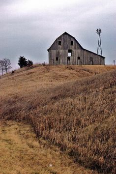 Rustic Old Barn.Love the slanted rood and windmill. Farm Barn, Old Farm, Country Barns, Country Life, Country Living, Country Roads, Barns Sheds, Country Scenes, Rustic Barn