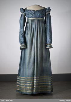Randig klänning av mörkblått halvsiden. Omkring 1815. Nordiska museet inv nr 164986. NMA.0052221