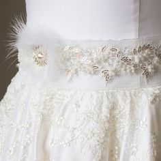 Свадебный пояс. Выполнен на ленте из органзы, украшен асимметричным цветком из перьев, аппликацией из кружева и вышивкой жемчугом, пайетками, стразами Сваровски. Приобрести пояс: antoshka-13.livemaster.ru #свадьба #свадебныеплатья #свадебныйобраз #свадебныйпояс #поясадляневест #handmade_myideas #lavkacraft #dress #weddingdress #weddingaccesories #невеста #кружево #сваровски #вышивка #ручнаяработа #ручнаяработаназаказ #жемчуг #пайетки #lace #swarovski #handmade #самара