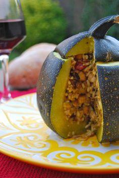 Courgette farcie végétarienne Pour 4-5 personnes : Courgette : 1 bien dodue (1,4 kg), ou plusieurs plus petites.  Riz (un mélange de riz long, riz rouge et riz sauvage, pour plus de goût et de texture) : 100 g pesé cru. Pois-chiches en boîte : 125 g Petit oignon blanc : 1 Tomates-cerises : 1 poignée Piments vert : 1 Curry en poudre : 1 c.c. Piment doux en poudre : 1/2 c.c. Graines de sésame : 1 c.c. Graines de fenouil : 1 pincée Sel, Poivre, Huile d'Olive