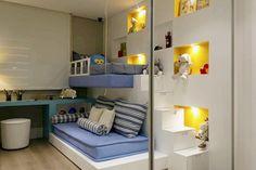 Para um quarto maior, a escada em degraus e os nichos guardam objetos.