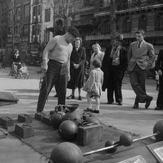 Homme Fort Un Homme Fort dans les rues de Paris, à Pigalle pour être précis. Encore l'époque des plaisirs simples... Photo prise le 1er mai 1950 par Benjamen Chinn (1921-2009).