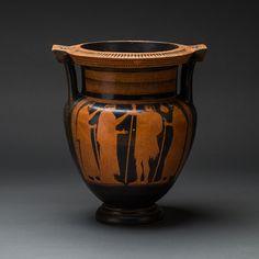 넓은 입구와 양 옆에 손잡이가 있는 이 기둥 크라테르(column krater)는 고대 그리스의 연회나 학술 토론회에서 와인에 물을 섞어 희석시키기 위해 사용되었고, 종종 저녁식사 장면이나 다과를 즐기는 모습이 그려졌다. 또한 크라테르는 유골을 담는 장례용으로 재활용되기도 하였다. 검은 바탕에 붉은색 형상으로 묘사된 적회식(赤繪式) 도기는 기원전 520년경에 아테네에서 발전하여 기원전 3세기까지 사용되었습니다. 항아리의 중앙에는 출발 장면이 장식되어 있다. 키톤(chiton)과 그리스의 전통 겉옷인 히마티온(himation)을 입고 있는 한 여성이 떠나야 하는 젊은 청년에게 음료를 제공하는 모습이다. 중앙에 그려진 이 두 사람의 양 측면에는 수염이 난 남성이 서 있다. <아티카 적회식 기둥형태 크라테르  Attic Red-Figured Krater>, 460 BC, 지중해 Mediterranean, X.0105 (edited by Koo)